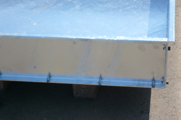 Exemple de finition de bac de rétention à façade détachable en acier galvanisé de SONEC BRG630 utilisable en extérieur et en extérieur